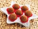 Рецепта Домашни бонбони топчета с бисквити, течен шоколад, масло, орехи и какао